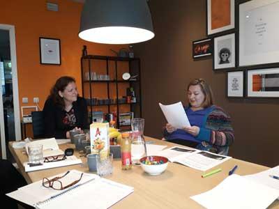 Laura en Linda tijdens de workshop Schrijfstijl