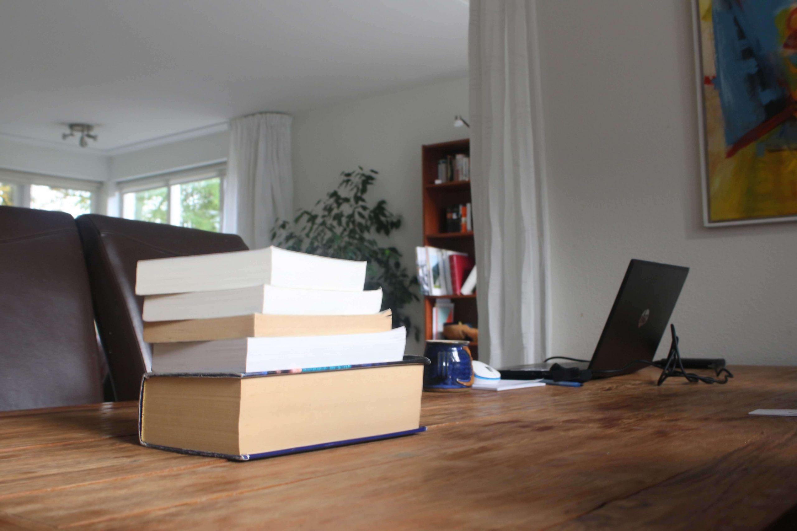 Begrijpelijke en prettig leesbare teksten – net als deze stapel prachtboeken – TekstlinQ Zwolle