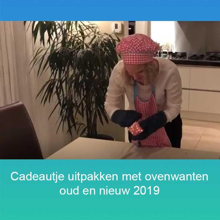 Oud en nieuw 2019_cadeautje uitpakken met ovenwanten